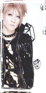 ▬Lovely-Mocochang.Com▬ groupe de visual kei japonais. Le groupe a débuté en 2003. À cette époque, Maya (déjà remarqué aux côtés de Miyavi) aurait initialement formé un groupe avec un autre musicien. Pendant les débuts du groupe, Aiji (guitariste de Pierrot) prête main forte pour quelques représentations mais n'est alors que simple guitariste de session. Ce n'est que plus tard, qu'il finit par rejoindre officiellement le groupe.