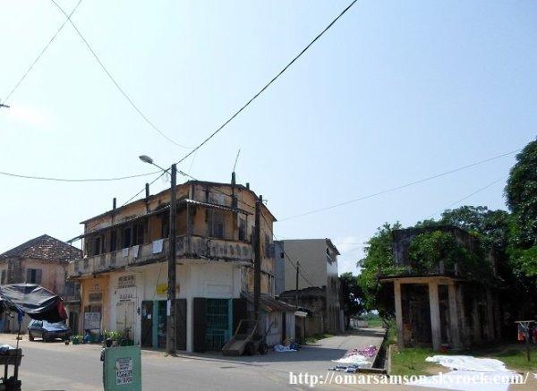GRAND  BASSAM...    L AFRICAINE  FRANCAISE  ET  L  HOTEL  DE  FRANCE  VUS  PAR  CHRISTIANE  ACHALME UNE  PEINTRE  QUI  VIT  ENCORE  A  ABIDJAN ........PHOTO  PRISE  SUR  LE  LIVRET  PUB   FAIT  PAR  NOTRE  AMI   FIORI
