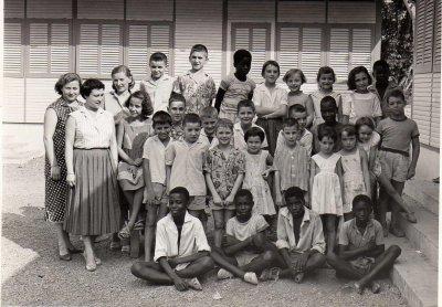 NOUS  LES  JEUNES...ECOLE DU BARRAGE D  '  AYAME.1957.....MAITRESSE Mme  BOUCHOUCHA