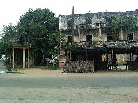 grand bassam  historique..les  ruines de hotel de france
