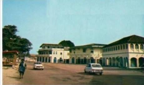 grand  bassam  historique...maison edouard aka..adouko blakson  situee place du commerce ,angle  rue de sierra  leone....au  premier etage ,bordant une galerie disparue, on retrouve le  motif historique des constructions coloniales des le debut de 1920  : la  fleur  de  lys