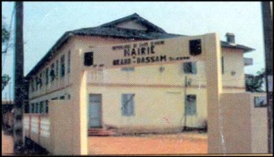 grand bassam..visite historique..chap  03..la  mairie....en 1990  elle a  quitte les  locaux de l  actuelle prefecture  pour   s  installer dans les anciens batiments de la  gendarmerie.......situee   rue  marcel  monnier