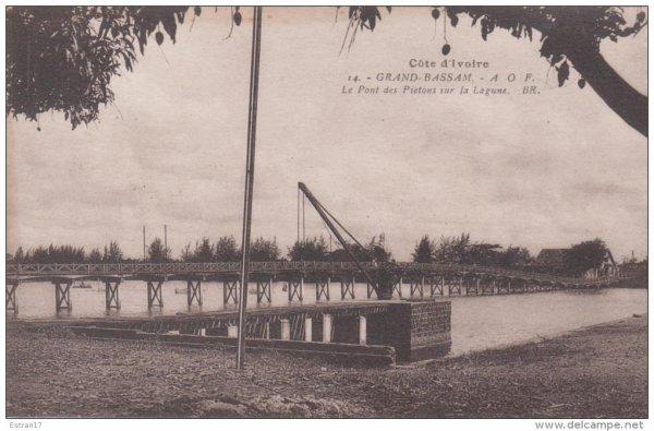 grand  bassam  historique :  la  lagune passerelle pietons....