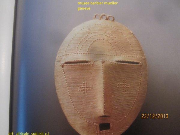 les   bijoux....ethnie du  sud ouest.le travail de l or chez les baoules et les ethnies du sud est de la c.i. a été inspire par le travail des akans , mais en fait les formes ne sont pas les memes , on a droit à un style proche de l abstraction..les orfevres sont les rois de la fonte à cire perdue..ils font des surfaces composees de fils d or fins produisant une trame precieuse qui hausse le bijou au dessus d une reproduction realiste et cree un objet d art..les pendentifs se portent aux cheveux ou aux colliers..une tete de petite taille ces bijoux sont associes aux souvenirs des ancêtres mais avec un genre abstait qui interdit de les considerer comme des portraits...