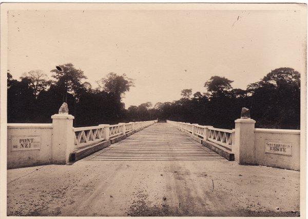 Arrivé en Côte d'Ivoire en 1932 lors de la grande crise économique mondiale François-Joseph Reste insuffle une vie nouvelle à l'économie de la Côte d'Ivoire en favorisant les cultures vivrières, lançant la culture du café, favorisant celle de la banane. Il favorise aussi de grandes constructions: chemin de fer, hôpitaux, écoles,  routes (notamment «  la route de la banane »  de Port Boué –Abidjan à Adzope par Agboville , et sur la route de Dabou à Tiassale  il fait construire un pont de 250 mètres sur le Bandama, le plus grand de toute l'Aont du N'ZI   n'est pas uniquement un passage commode  c'est pour nous un symbole. C'est le premier pont de  cette envergure édifié en Côte d'ivoire et il a fallu pour y parvenir livrer des batailles. Des oppositions s'étaient en effet manifestées en dehors de la Colonie. Aujourd'hui pour les  habitants, commerçants et les colons le pont  N'ZI marque le point de départ d'une ère nouvelle.O.F.)