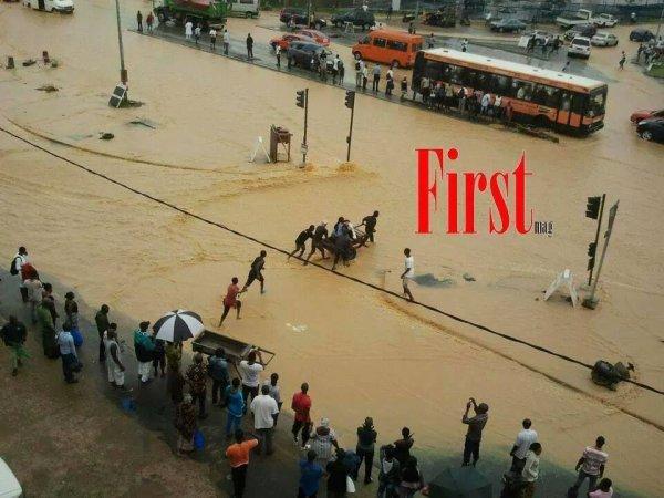 Abidjan sous les eaux à cause de la pluie. Carrefour de la riviera Palmeraie. Payez 200 frs pour la traversée en wottro. C'est le business