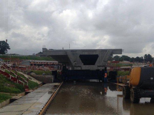 Demain mardi, pose du 60ème et dernier caisson du pont HKB (il porte le numéro 52 et visible sur la photo). A cette date, Riviera et Marcory sont désormais reliés par le pont de 1,5 km. Les finitions suivront
