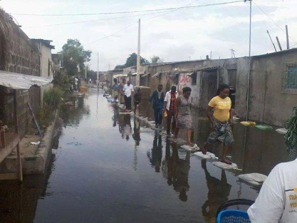 Inondation a Abidjan : des ponts à péage naissent dans des quartiers