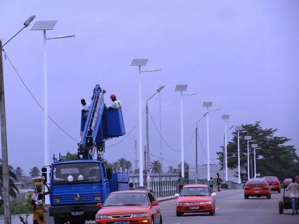 Batiments Du Patrimoine Mondial Unesco De Grand-Bassam Et Leur Histoire a ajouté 4 photos. 21 h ·  En marge des jeux de la francophonie qui se poursuivent jusqu'à la fin de cette semaine, l'Organisation internationale de la Francophonie (OIF) a fait un don à la ville de Grand-Bassam. Ce don a consisté à l'éclairage public solaire du pont de la victoire, pont reliant la ville historique au centre ville de Grand-Bassam. En gros, il s'agit de huit poteaux électriques situés tout le long du garde-fou droit en accédant à la ville historique. L'ouvrage a été inauguré ce après midi 25 juillet 2017, en présence d'une forte délégation de l'OIF, de la mairie, et de la population de la ville de Grand-Bassam