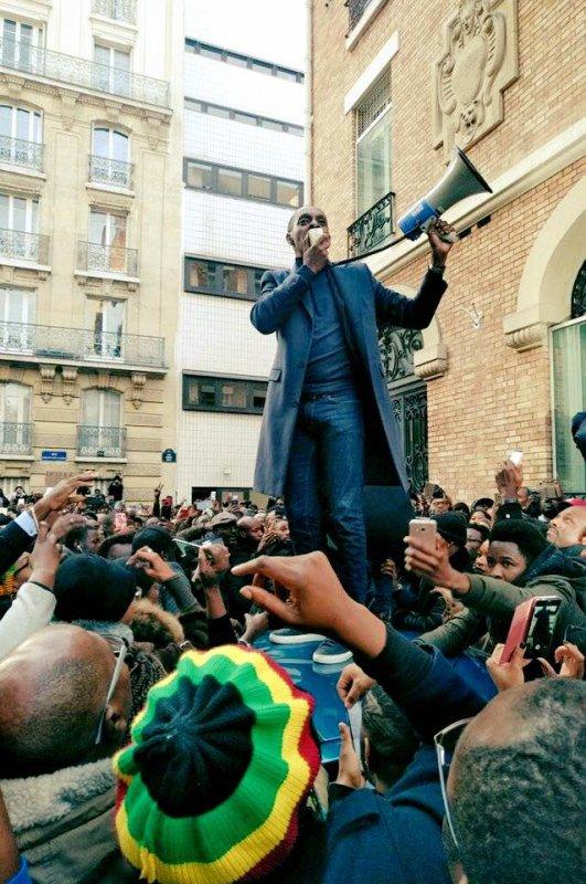 laudy Siar J'aime cette Page · Hier via Facebook Creator ·    UNE GENERATION CONSCIENTE  Nous étions plus de 6000 personnes devant l'ambassade de #Libye dans le 15ème à Paris. Ce moment de communion autour de la défense de la dignité humaine est historique. En Afrique aussi vous étiez debouts,déterminés à refuser l'esclavage de nos jeunes et le silence du monde❤️??