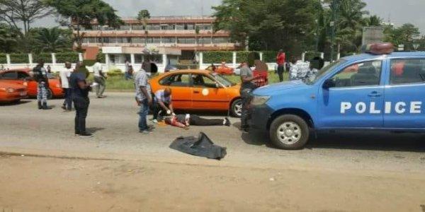 #Insécurité#Côte d'Ivoire. Braquage à Cocody, un individu abattu de sang froid pour 2.750.000FCFA.  L'infortuné qui revenait de la banque, était en possession de la somme de 2.750.000FCFA. C'est a un feu tricolore que les deux quidams à moto on alors ouvert le feu sur la victime à l'arrière d'un taxi le touchant au coup et emportant avec eux le butin