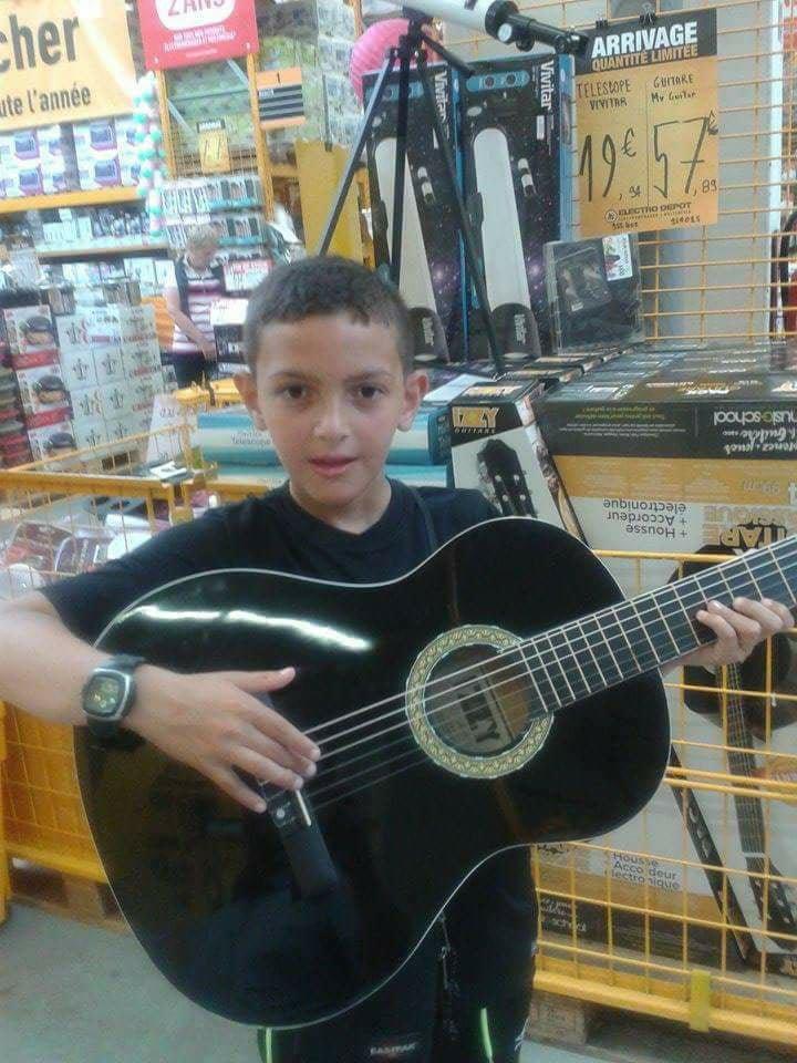 voila mon petit fils wail et sa guitare