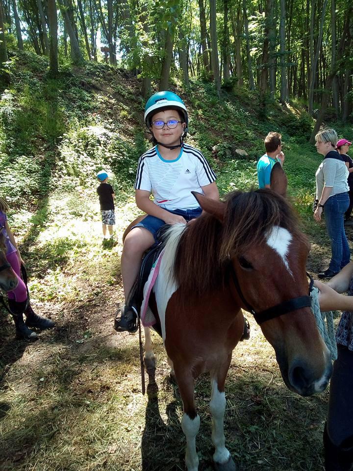 mon petit fils alex qui monte sur un poney