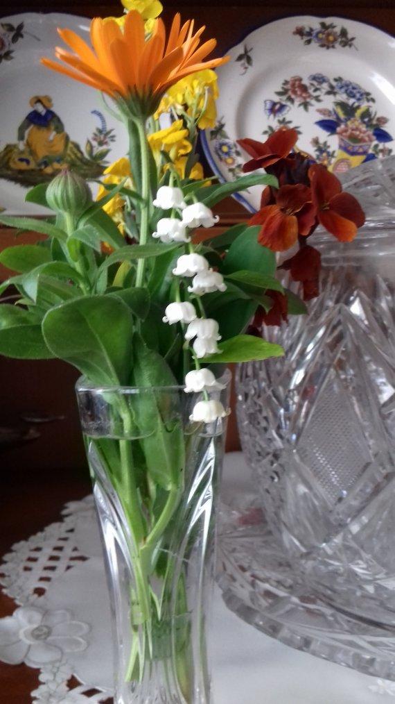 petit bouquet de mon mari au petit dejeuner < ce bouquet est de mon jardin car avec le confinement pas de muguet chez les fleuristes