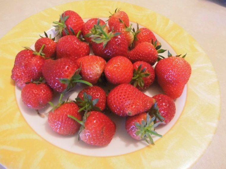 voila les premieres fraises de mon jardin
