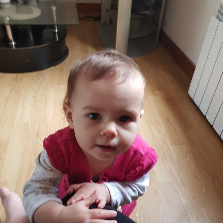 voila ma petite princesse angelina qui fait ses premiers pas elle a 11 mois