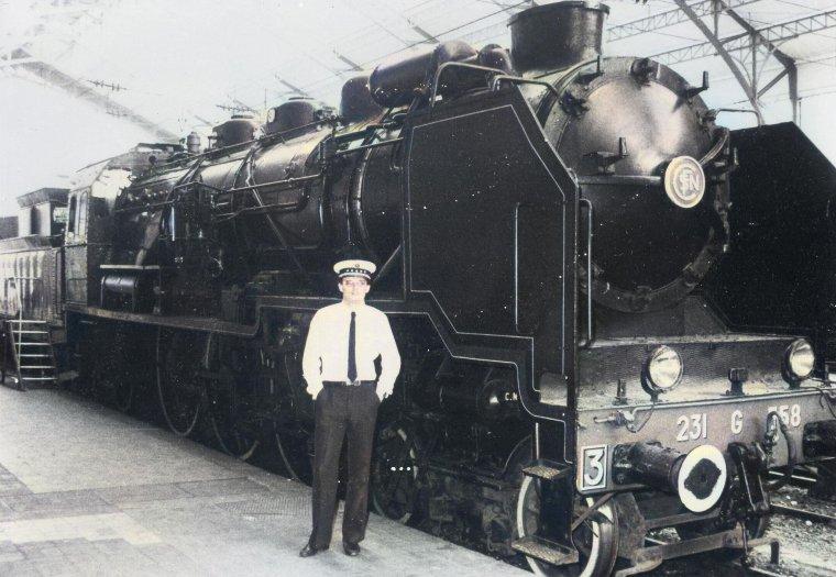 voila le frere de mon mari  devant sa locomotive