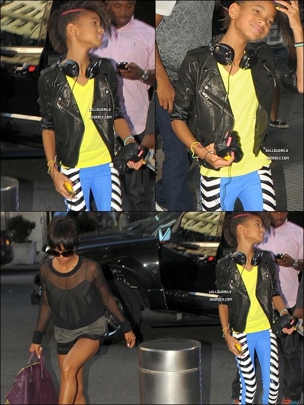 --[/x:]  Sept. 2010 ..Willow et ses parents Will Smith et Jada Pinkett Smith étaient à la Fashion Week à Milan. Pour sa coupe, elle est resplendissante, avec sa mèche rose et tout .. Idem pour ses écouteurs et sa veste ! Top ou flop ? --[/x:]