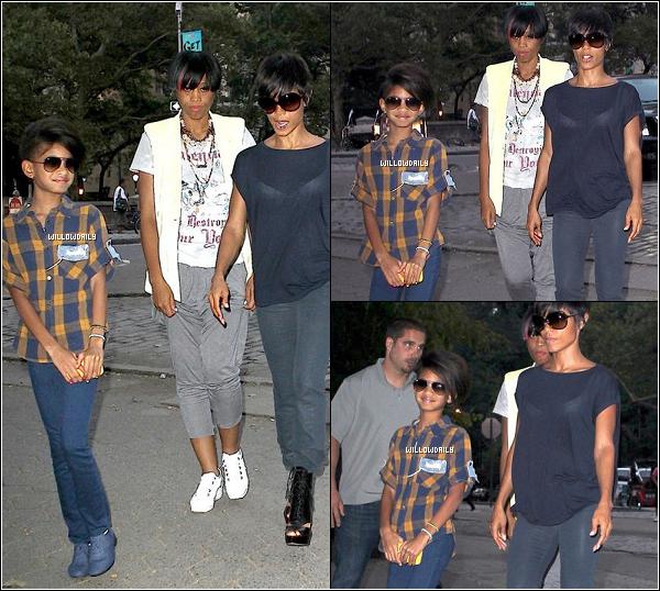 . Sept. ..Willow Smith, Fawn Boardley et sa mère Jada Pinkett Smith se promenant à Central Park. J'aime beaucoup sa chemise et ses chaussures, je lui donne un top et vous ? Et j'aime enormement la coupe de sa mère aussi :)  .
