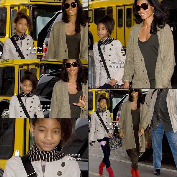 -- 08/11 ..Willow et sa Maman Jada Pinkett arrivent toute les deux à l'aéroport de LAX (Los Angeles).Coté tenue, j'aime beaucoup les bottes rouges de Willow qui sont accordées avec les bottes rouges de sa mère !.....  --