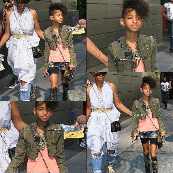 . 28/08 .. Willow Smith et Fawn Boardley ont été aperçu toute les deux se promenant à Manhattan. Waouh, la belle tenue !! J'adore, et sa coupe aussi est superbe, vous en pensez quoi, top ou flop ? Laisse ton avis !  .