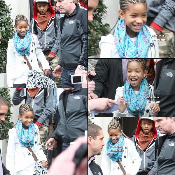 --[/x:]  08/03 ..Willow, son grand frère Jaden et sa cousine Jade Pinkett quitte un hôtel à Dublin en Ireland.Willow est très belle et a un très jolie sourire, pour sa tenue, je n'aime pas ses chaussures et son pantalon ! top ou flop ?...  --[/x:]