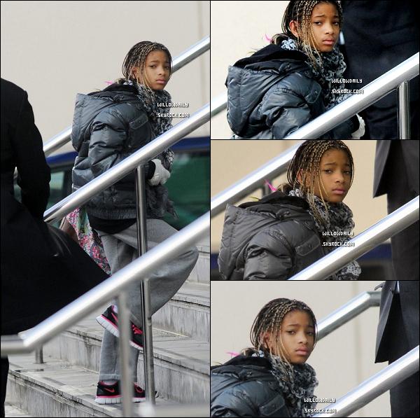 --[/x:]  25/03 ..Willow, son père et sa petite mine arrivent dans leur hôtel à Manchester en Angleterre.Willow allair vraiment fatigué et c'est très normal avec tout ces paparazzi... La pauvre, vous en pensez quoi ? ..  --[/x:]