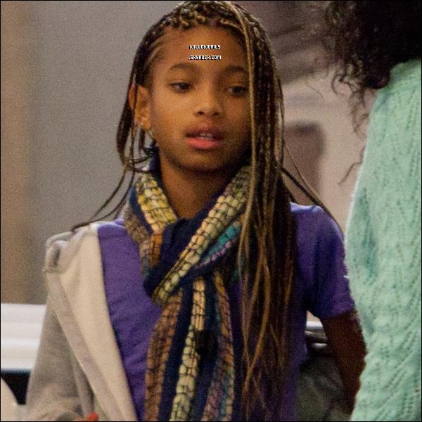 --[/x:]  26/02 ..La famille Smith à l'aéroport LAX à Los Angeles direction l'Angleterre pour le My World Tour.Willow est sublime mais elle parait un peu fatiguée, et vous pouvez aperçevoir un ordi blanc, et bien c'est celui de Willow !...  --[/x:]