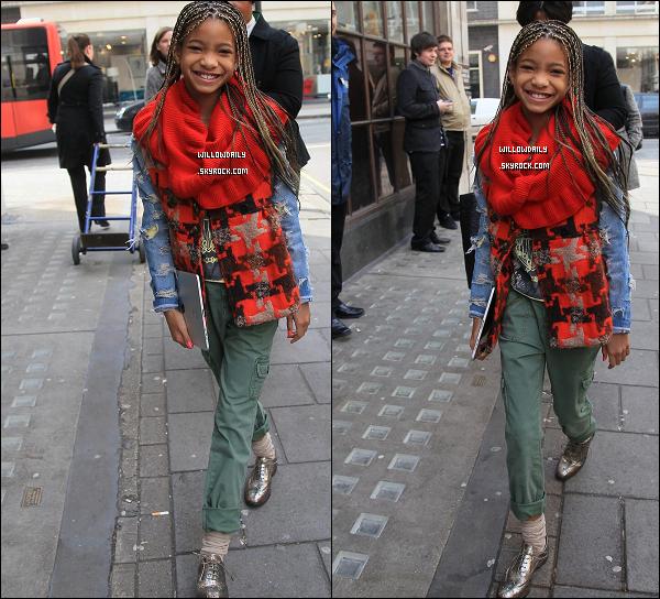 --[/x:]  02/03 ..Willow, toute souriante se rendant à BBC Radio 1 dans la belle capital de l'Angleterre, Londre !Je n'aime pas sa tenue, c'est surtout son haut qui ne va pas, sinon son pantalon et ses chaussures sont bien accordés.........  --[/x:]