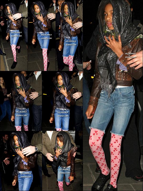 --[/x:]  15/03 ..Willow Smith et sa famille allant au restaurant La Porte des Indes à Londre en Angleterre..La tenue de Willow est belle mais ... les collant gache tout le look ! Appart ca j'adore sa veste en cuir & son foulard !..  --[/x:]