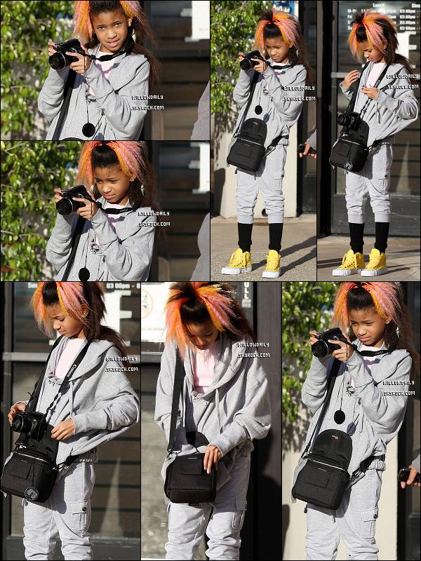 --[/x:]  28/03 ..La magnifique Willow Smith vérifie ses photos sur son apparail à Calabasas en Californie.J'adore les chaussures de Willow, sa coupe, sa tenue enfin tout ! Enorme top !! Elle est magnifique.   top ou flop ?.. --[/x:]