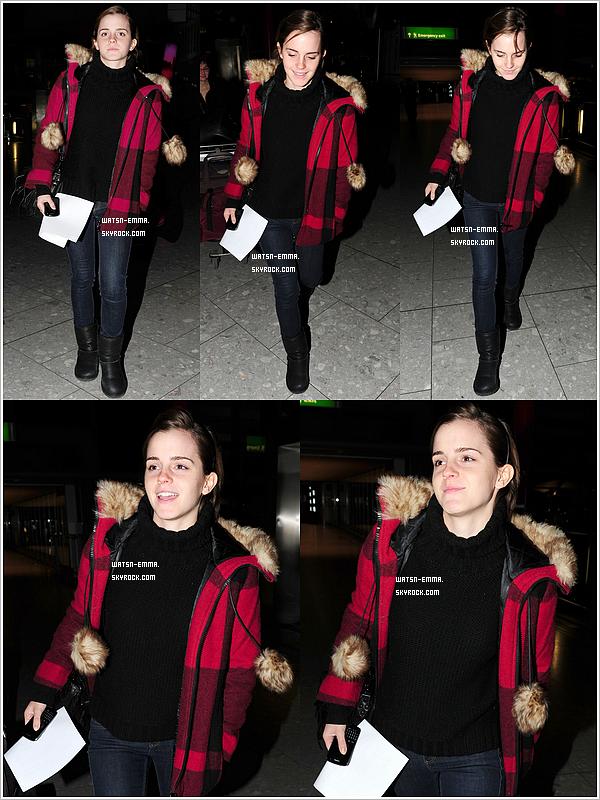 . 7 janvier 2011 - Emma a été vu toute souriante à l'aeroport de Heathrow (Londres) mais pour aller où? j'adore son manteau. .