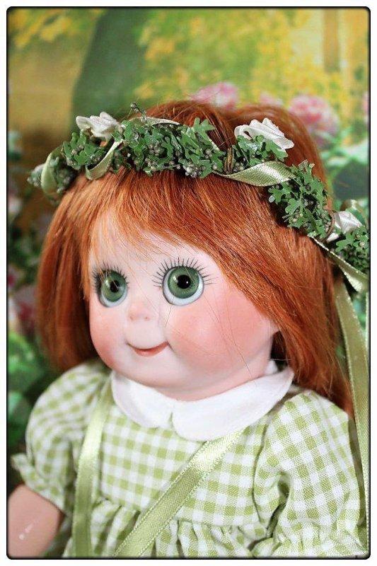 Voici le portait de miss Googlie avec sa belle couronne de fleurs