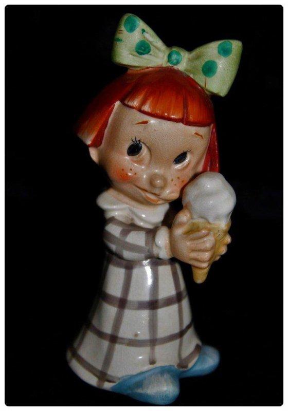 Petite fille Googlie cheveux roux et tenant une glace