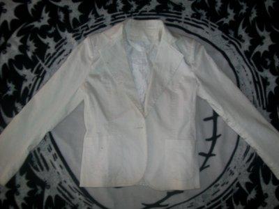 .Veste blanche,sans bouton, 5 cerises.