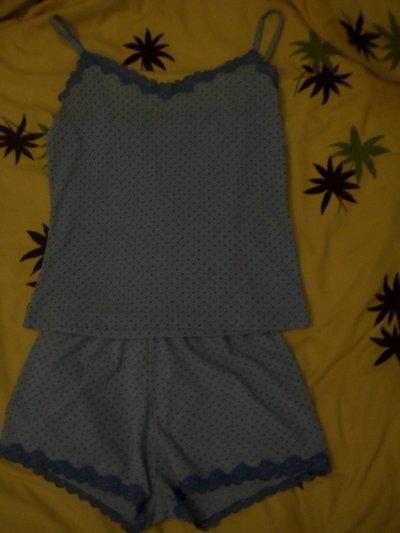 Ensemble pyjama short et débardeur bleu ciel a pois bleu marine avec dentelle( Mis 1 fois ) , 8 cerises.