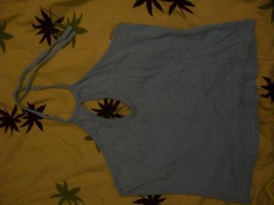 Haut bleu sans bretelle(laçage dans le cou) , 3 cerises.