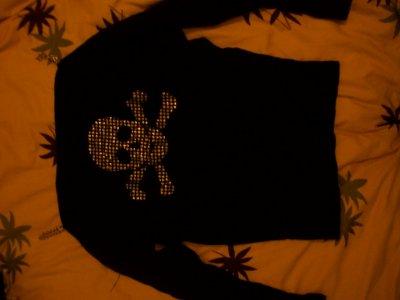 Haut noir avec tête de mort en strass( epaule dénudé ,ouverture des manches de l'épaule au coude +bretelle en chaîne) . 4 cerises . ( un peu abîmés)