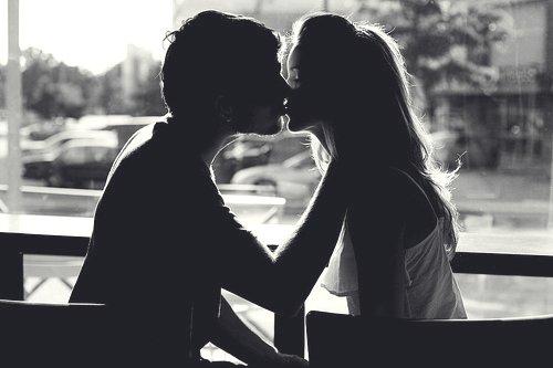 Il est difficile de dire à ton esprit d'arrêter d'aimer quelqu'un, quand ton c½ur fait le contraire.