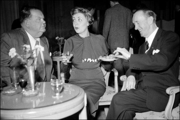PHOTO COUP DE COEUR : Suzy Delair entourée de Stan Laurel et Oliver Hardy