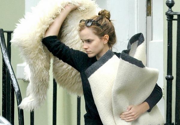 2 sept 2014 : Emma en plein déménagement, aidée par son ancien petit ami Matthew, à Londres