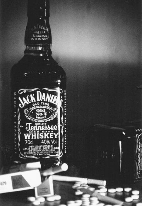 Boire pour oublier. Fumer pour décompresser. Crier pour se soulager.Ecrire pour guérir. Raconter pour s'exprimer. Regarder pour apprécier.Rigoler pour profiter. Embrasser pour prouver. Réfléchir pour regretter.Aimer pour souffrir. Vivre pour mourir.