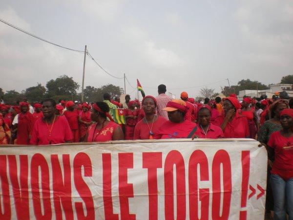 DES MILIERS DE FEMMES DU COLLECTIF SAUVONS LE TOGO ETAIENT DANS LA RUE CE 20 DECEMBRE 2012. Suivez la marche du debut jusqu'à la fin.