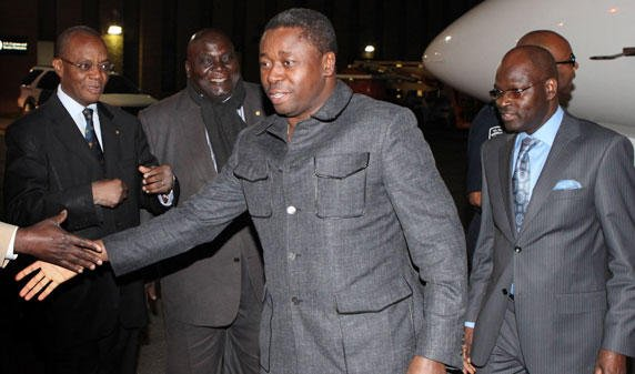 RIDICULE, NOTRE PRINCE BARBARE A PEURE. REGARDEZ SA TENUE A SA DESCENTE D'AVION A  NEW YORK. Image republicoftogo.com.