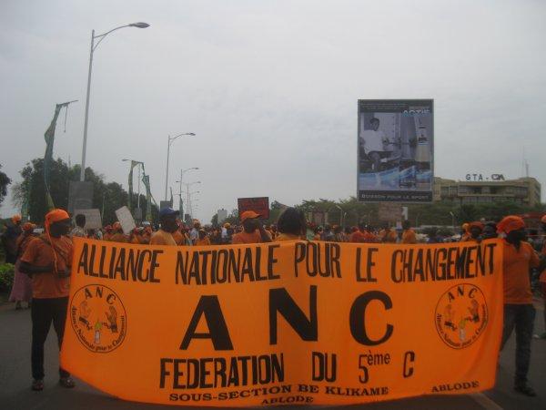LA LUTTE CONTINUE. DES MILLIERS DE MILLITANTS DE L'ANC SONT DANS LES RUES CE SAMEDI 14 DECEMBRE 2013.