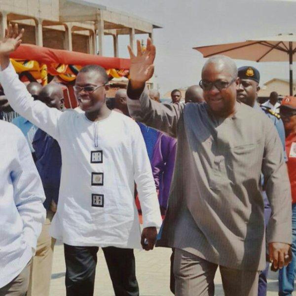 cette image du président ghanéen et son ministre de l'agriculture tous deux levant les bras et saluant les populations est elle possible au Togo? Non évidement, faure gnassigné est hait par son peuple et craint par ses ministres et acolytes. Chuan, despote.