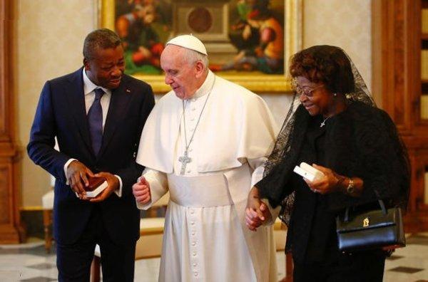 Faure Gnassingbe chez le pape François acompagnée par sa mère, mais ou est la premiere dame togolaise? Chuan.