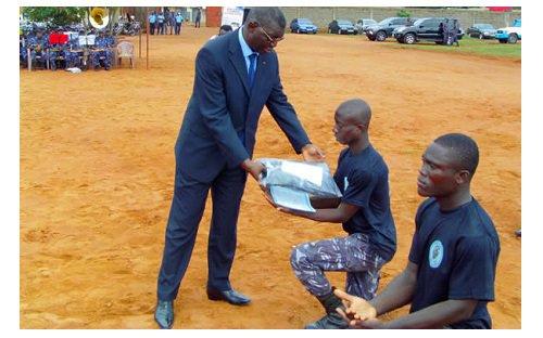 103 Policiers ont reçu leur attestations en habilitation brigade anti criminalité niveau 1. Quelle humiliation!! Faut il que les policiers recoivent leurs diplomes agenouillés!!