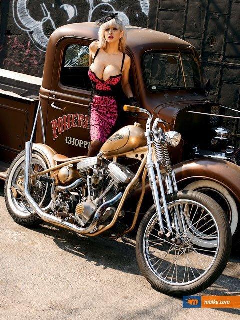 Harley Café racer Babe ; respect !!!