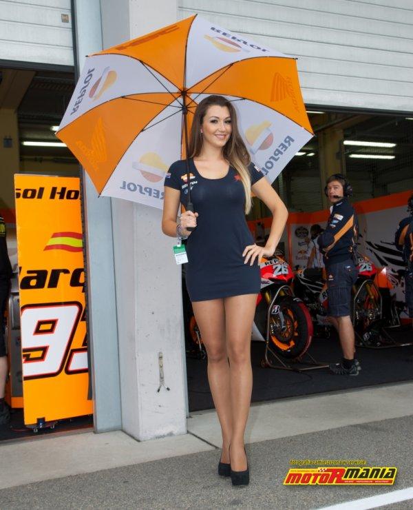 Umbrella girl : dur pour les pilotes de rester concentré...